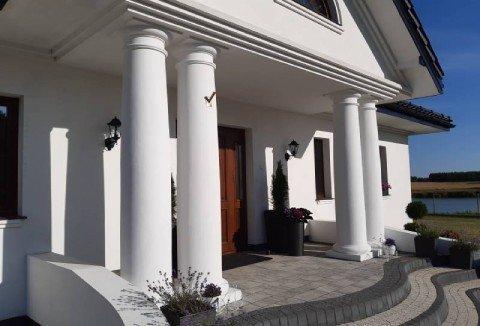 Białe kolumny przed domem